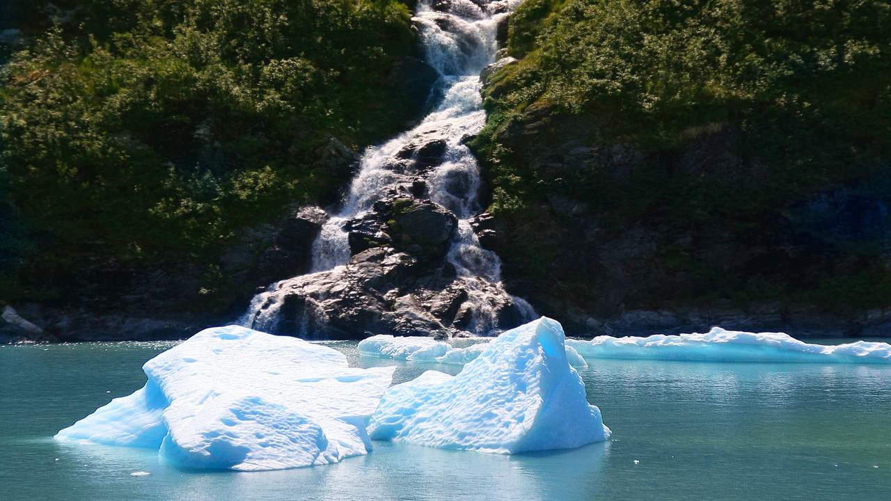 Waterval in Tracy Arm Fjord